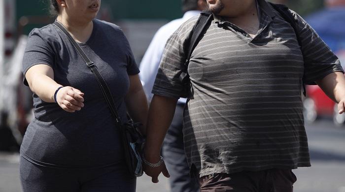 El sobrepeso, sedentarismo, estrés y ansiedad son causas de la lumbalgia. Personas con obesidad caminan en Ciudad de México (México). EFE/Archivo
