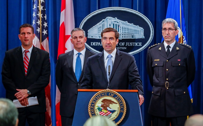 El secretario de Justicia auxiliar de Seguridad Nacional estadounidense, John Demers (c), ofrece una rueda de prensa sobre los ciberataques rusos, en Washington, Estados Unidos, hoy, 4 de octubre de 2018. EFE