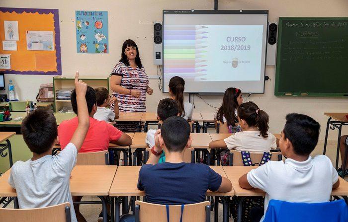 Los profesores piden dignificar su profesión en el Día Mundial del Docente Alumnos en su primer día de clase este curso 2018/19. EFE/Archivo