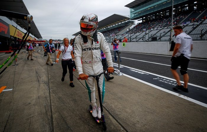 Hamilton se divierte asustando a Vettel en Japón El británico de Mercedes AMG GP Lewis Hamilton, conduce un monopatín de vuelta al garaje al finalizar hoy una sesión de entrenamiento en el circuito de Suzuka, Japón. EFE