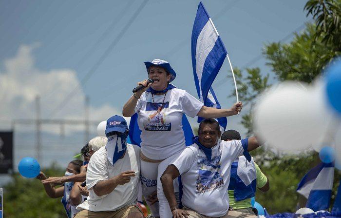 El líder estudiantil acusado por terrorismo pide justicia verdadera en Nicaragua Fotografía tomada el pasado 9 de septiembre en al que se registró a la madre del joven Edwin Carcache (c), luego de ser apresado y acusado de terrorismo, en Managua (Nicaragua). EFE/Archivo