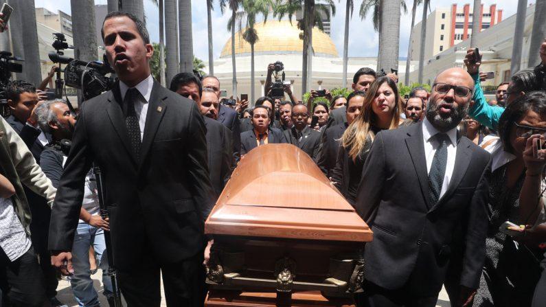 Diputados de la Asamblea Nacional cargan el féretro con el cuerpo del concejal Fernando Albán Salazar hoy, martes 9 de octubre de 2018, en el Palacio Legislativo, en Caracas (Venezuela). EFE