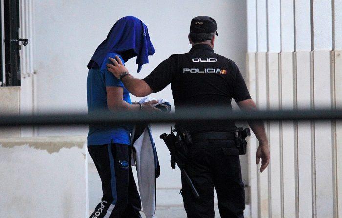 La Policía Nacional detuvo en Algeciras (Cádiz) a un hombre de 28 años por, presuntamente, apuñalar al dueño de la lancha que atropelló mortalmente a su hijo. EFE