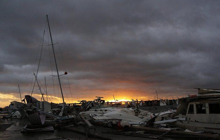 El huracán Michael reduce sus vientos a categoría 2 en su camino hacia Georgia Vista de botes dañados en la orilla hoy, miércoles 10 de octubre de 2018, tras la llegada del huracán Michael, en Panama City, Florida (EE. UU.). EFE