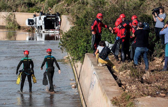 """Asciende a 12 los fallecidos por las lluvias en Mallorca Los equipos de rescate de la Unidad Militar de Emergencias rastrean hoy, de """"forma minuciosa"""", las zonas del Levante afectadas por las lluvias torrenciales en las que se sospecha podrían encontrar a las tres personas que permanecen desaparecidas, incluido un niño de 5 años, ha indicado el Govern. EFE"""