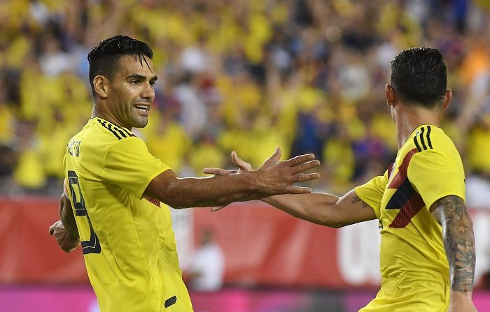 2-4. Exhibición y triunfo de Colombia, que mantuvo su dominio sobre EE.UU. El colombiano Radamel Falcao (i) celebra con su compañero James Rodríguez (d) luego de anotar el tercer gol del equipo durante un partido amistoso entre Colombia y EE.UU., en Tampa, Florida (EE.UU.). EFE