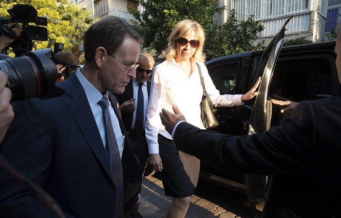 La Justicia libera al misionero estadounidense Brunson aunque lo condena La esposa del pastor estadounidense Andrew Brunson, Norine Brunson (c), deja su casa acompañada por oficiales de la embajada estadounidense, para asistir a un juicio en el Tribunal de Prisiones de Aliaga, en Esmirna (Turquía) el 12 de octubre de 2018. EFE