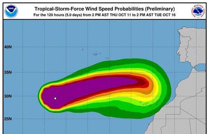 """Leslie puede dirigirse hacia Cádiz más que a Canarias, según los pronósticos Gráfico de la Administración Nacional de los Océanos y la Atmósfera de Estados Unidos (NOAA), difundido por la AEMET, sobre la progresión esperada del huracán """"Leslie"""" hacia Canarias, donde llegará como tormenta tropical, con probabilidad de fuertes vientos de más de 70 km/h (segundo gráfico) y fuerte oleaje. EFELeslie puede dirigirse hacia Cádiz más que a Canarias, según los pronósticos Gráfico de la Administración Nacional de los Océanos y la Atmósfera de Estados Unidos (NOAA), difundido por la AEMET, sobre la progresión esperada del huracán """"Leslie"""" hacia Canarias, donde llegará como tormenta tropical, con probabilidad de fuertes vientos de más de 70 km/h (segundo gráfico) y fuerte oleaje. EFE"""