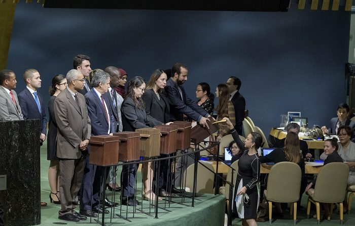 Argentina y Uruguay, entre los nuevos miembros del Consejo de DDHH de la ONU Fotografía cedida por la ONU donde aparecen unos oficiales de la conferencia mientras sostienen las urnas donde una delagada está depositando su voto, durante una reunión para la elección de dieciocho nuevos miembros del Consejo de Derechos Humanos hoy, viernes 12 de octubre de 2018, en la sede del organismo en Nueva York (EE.UU.). EFE/Manuel Elias/ONU