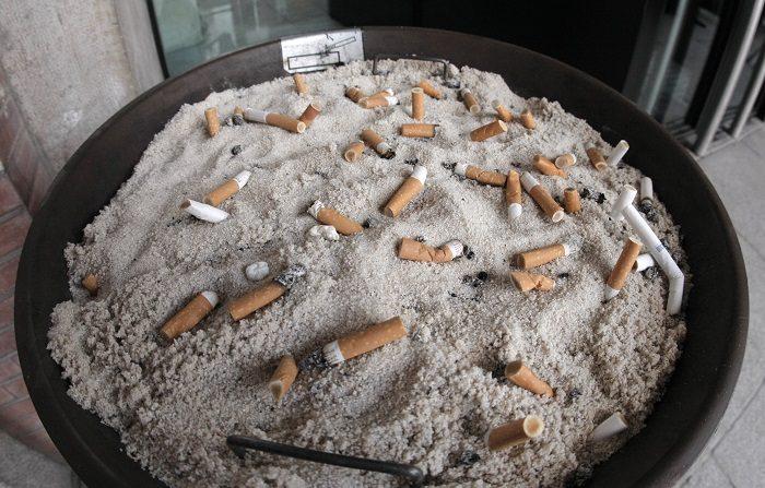 Hacer ejercicio beneficia a fumadores incluso con niveles altos de polución Cenicero lleno de colillas. EFE/Archivo