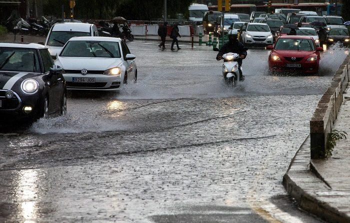 Un fuerte aguacero en la ciudad de Barcelona. EFE/Archivo