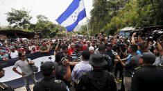 La caravana de migrantes derriba una valla en la frontera con México