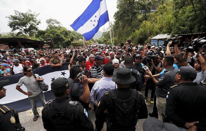 Migrantes hondureños llegan a la frontera de Agua Caliente, en donde la Policía de Guatemala les impidió el lunes 15 de octubre de 2018, en Chiquimula (Guatemala). La caravana de migrantes es para llegar hasta los Estados Unidos por la pobreza e inseguridad que se vive en Honduras. EFE/Esteban Biba