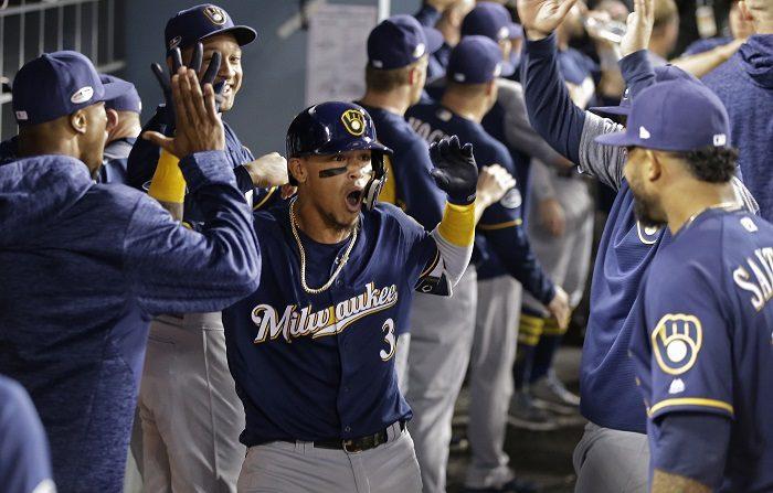 Orlando Arcia (c) de los Cerveceros de Milwaukee celebra con sus compañeros durante un partido de la liga nacional MLB de béisbol entre los Cerveceros de Milwaukee y los Dodgers de Los Ángeles que se disputó el lunes 15 de octubre de 2018, en el estadio Dodger de Los Ángeles, California (EE.UU.). EFE/Mike Nelson