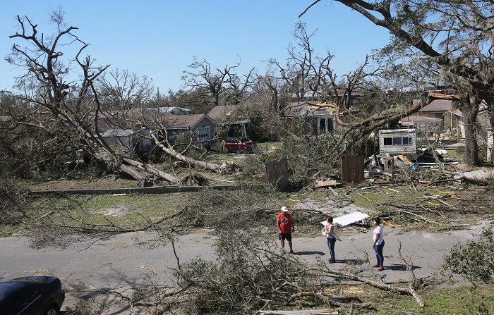 Vista de un barrio lleno de árboles caídos y tejados destruidos el 11 de octubre de 2018, después de la llegada del huracán Michael a Callaway, Florida (EE. UU.). EFE