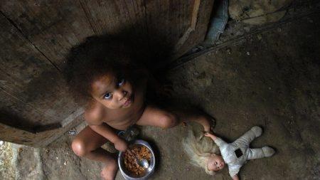 Casi la mitad de la población mundial vive con menos de 5,50 dólares al día, según el BM