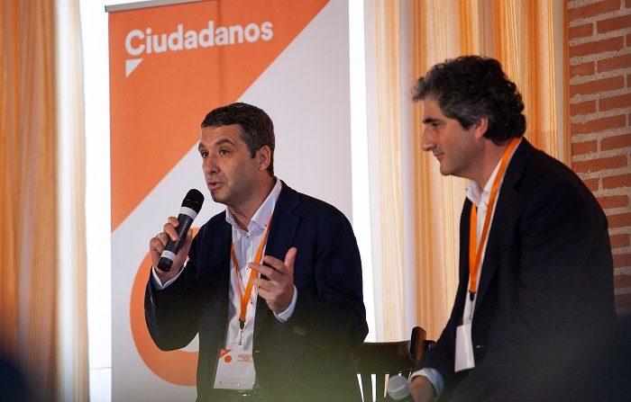 El coordinador de C's Nambroca, Hernán Núñez (d), y el concejal de la formación en Toledo, Esteban Paños (i), durante la rueda de prensa ofrecida hoy en Nambroca (Toledo). EFE