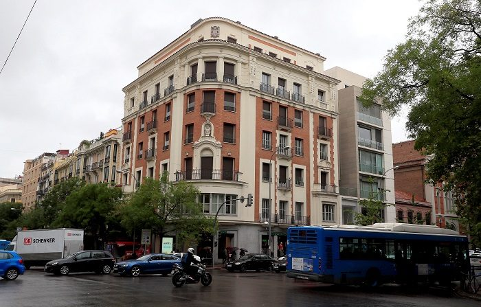 Edificio de la calle Goya, en Madrid, donde se encuentra uno de los pisos propiedad de ciudadanos venezolanos que blanqueaban cientos de millones de euros obtenidos de sobornos cuando ostentaban cargos en empresas públicas bajo la presidencia de Hugo Chávez. EFE