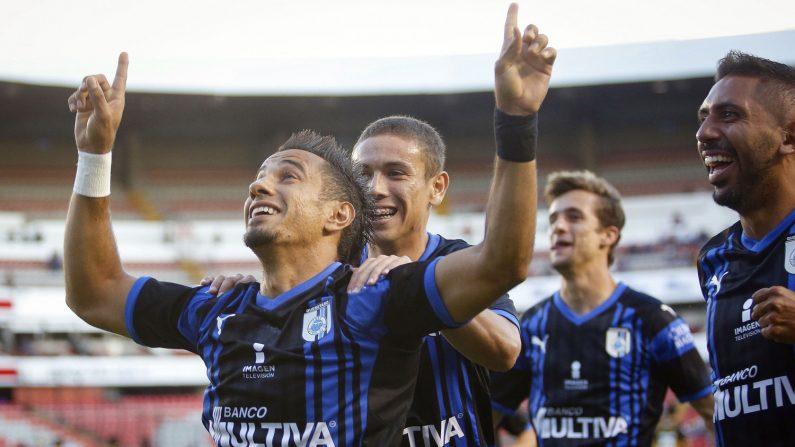 Los Gallos de Querétaro convirtieron un par de goles a última hora para derrotar hoy por 2-0 al líder Cruz Azul, afianzarse en zona de liguilla y poner a su rival en riesgo de perder el primer lugar. EFE