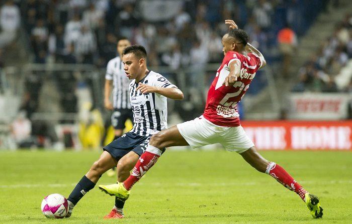 Carlos Rodríguez (i) de Rayados de Monterrey disputa el balón con Luis Quiñones (d) durante el partido correspondiente a la jornada 13 del Torneo Apertura 2018, entre los equipos de Rayados de Monterrey y Diablos Rojos de Toluca, en el estadio BBVA de Monterrey (México). EFE
