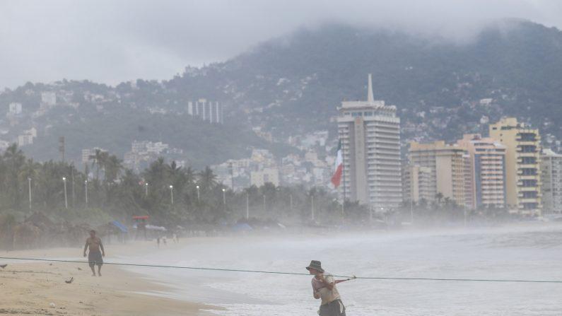 El Gobierno mexicano informó este lunes 30 de agosto que el paso del huracán Nora este fin de semana por las costas del Pacífico dejó un menor muerto, un desaparecido, un herido y 355,000 usuarios sin luz. EFE/Archivo