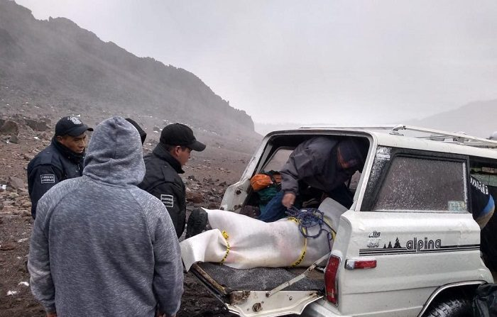 Fotografía cedida hoy, lunes 22 de octubre de 2018, por las autoridades de Protección Civil del estado de Puebla, que muestra el rescate de tres alpinistas quienes fallecieron y uno más resultó herido en un accidente en la cara sur de la montaña y el tercero falleció en la cara norte del volcán Pico de Orizaba, la montaña más alta de México. EFE/PC PUEBLA/SOLO USO EDITORIAL / NO VENTAS
