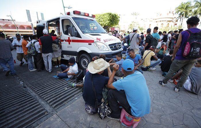 Migrantes hondureños reciben atención médica y se preparan para continuar su camino en el jardín Hidalgo de Tapachula, en el estado de Chiapas (México), el lunes 22 de octubre de 2018. EFE