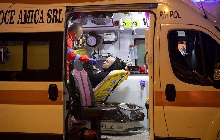 Un heridos recibe atención de paramedicos luego del colapso de una escalera mecánica en Roma (Italia). Al menos veinte personas resultaron heridas, una de ellas está en estado grave, tras venirse abajo una escalera mecánica en el metro de Roma, informaron hoy los medios italianos. EFE