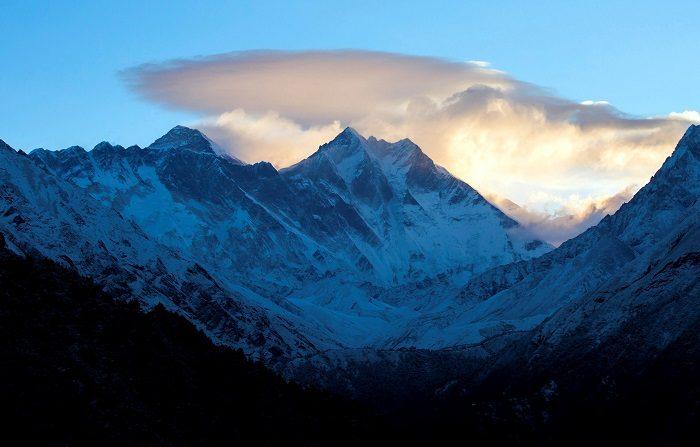 Rescatan en buen estado al parapentista español perdido durante 5 días en el Himalaya. Vista panorámica de las cordilleras del Himalaya, en Nepal. EFE/Archivo