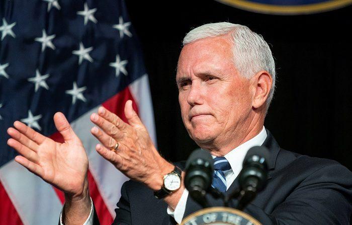 El vicepresidente Mike Pence aseguró hoy que el Gobierno federal está dispuesto a reconstruir la base aérea Tyndall, en el noroeste de Florida, durante una visita que hizo a la zona devastada por el huracán Michael el pasado 10 de octubre. EFE/ Jim Lo Scalzo