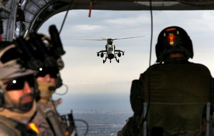Boinas verdes saltan al mar con trajes estancos recreando acciones de guerra Un helicóptero Tigre escolta al equipo del EZAPAC durante las maniobras. EFE