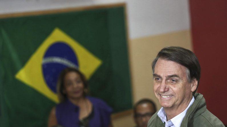 El candidato Jair Bolsonaro,vota en una área militar en la zona norte de Río de Janeiro. Los colegios electorales de Brasil abrieron hoy para la segunda vuelta de las presidenciales, que enfrentan al ultraderechista Jair Bolsonaro, favorito en todas las encuestas, y al progresista Fernando Haddad. EFE