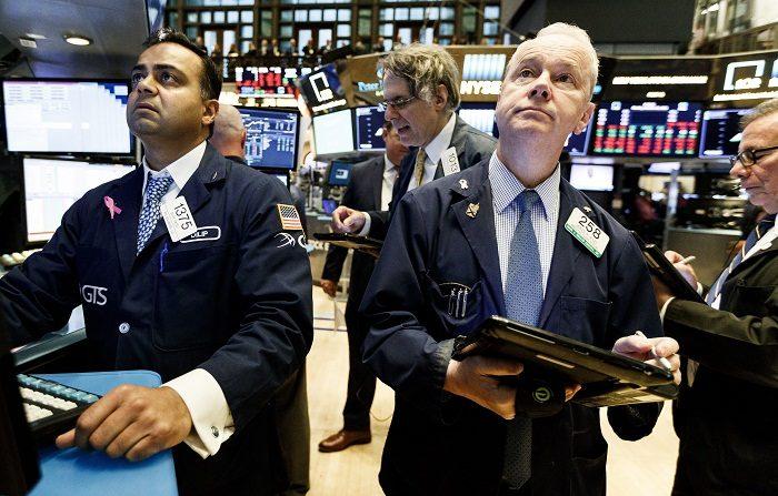 Wall Street cierra al final con importantes pérdidas y Dow Jones cede 0,99 %. Agentes de Bolsa realizan su trabajo en el parqué de Nueva York, Estados Unidos. EFE