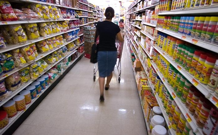 Los gastos de los consumidores crecieron un 0,3 % en septiembre, la séptima suba consecutiva, mientras que los ingresos personales aumentaron un 0,2%, informó hoy el Departamento de Comercio. EFE/Gerardo Mora