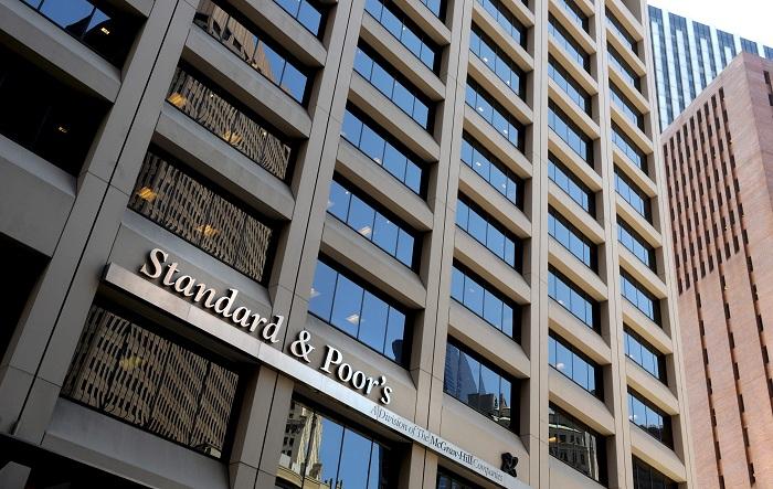 S&P rebajó este lunes la calificación de International Business Machines (IBM) a A, desde A +, después del anuncio de la adquisición por parte del grupo informático de Red Hat, líder mundial de software de código abierto en la nube, por un valor de 34.000 millones de dólares. EFE/Justin Lane