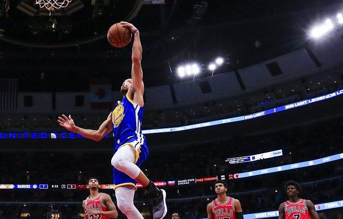 124-149. Thompson logra récord en la NBA con 14 triples y ganan los Warriors Stephen Curry (c) de los Warriors en acción hoy, lunes 29 de octubre de 2018, durante un partido de NBA entre Golden State Warriors y Chicago Bulls, en el United Center de Chicago (EE.UU.). EFE