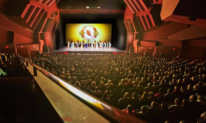 Actuación de Shen Yun en el Segerstrom Center for the Arts en Costa Mesa, California, el 13 de abril de 2016. (Minghui.org)