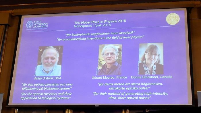 Los retratos de los tres ganadores del Nobel de Física, el estadounidense Arthur Ashkin (izq), el francés Gérard Mourou (c) y la canadiense Donna Strickland, son expuestos en la Real Academia de las Ciencias de Suecia, en la ciudad de Estocolmo, hoy 2 de octubre de 2018. Los tres científicos han recibido el premio por sus invenciones en el campo de la física láser. EFE/ Hanna Franzen PRHIBIDO SU USO EN SUECIA