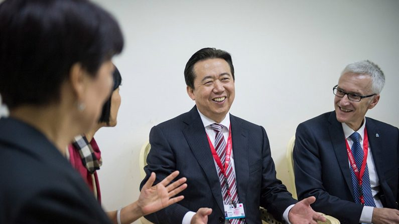 """Imagen que muestra al presidente de Interpol, el chino Hongwei Meng (c), mientras conversa con varios compañeros en Bali, Indonesia. Meng, cuya familia ha denunciado su desaparición después de que viajara a China el pasado 29 de septiembre, está """"bajo investigación"""" en este país. EFE/ Interpol"""