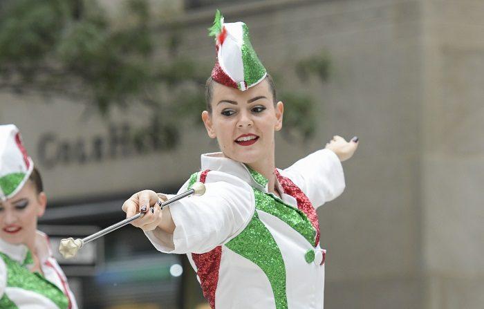 Una mujer baila durante el desfile anual del Día de Colón, el 8 de octubre de 2018, en Nueva York (EE.UU.). EFE/Porter Binks/Archivo