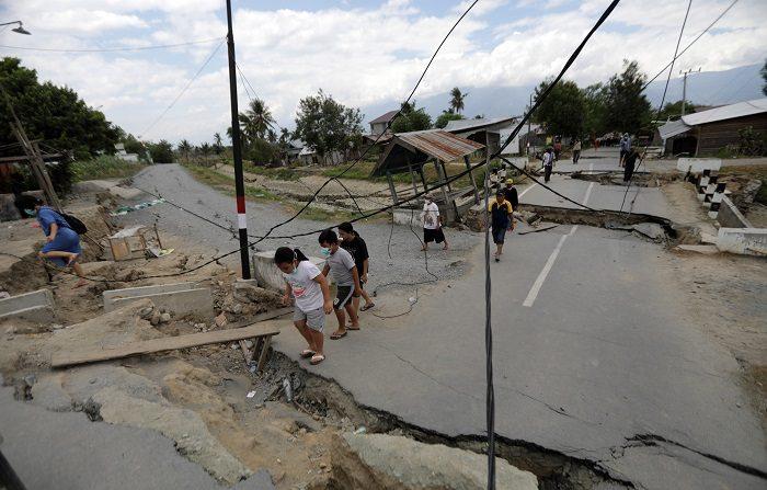 Varios lugareños caminan por las calles destruidas de Petobo, Palu (Indonesia) hoy, 9 de octubre de 2018. Las autoridades indonesias pidieron hoy a la población mantener la calma y evitar la divulgación de noticias falsas tras el terremoto y tsunami que golpeó el 28 de septiembre a la isla de Célebes, con un recuento provisional de 1.944 muertos y una estimación de 5.000 desaparecidos. EFE/ Hotli Simanjuntak