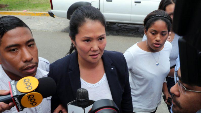Fotografía de archivo del 3 de octubre de 2018, muestra a Keiko Fujimori (c), hija del expresidente Alberto Fujimori y líder de la oposición peruana, en la casa de su padre en Lima (Perú). La líder del partido opositor peruano Fuerza Popular, Keiko Fujimori, fue detenida hoy, miércoles 10 de octubre de 2018, a pedido de la Fiscalía de Lavado de Activos de Perú, informaron medios locales. EFE/ ERNESTO ARIAS/ARCHIVO