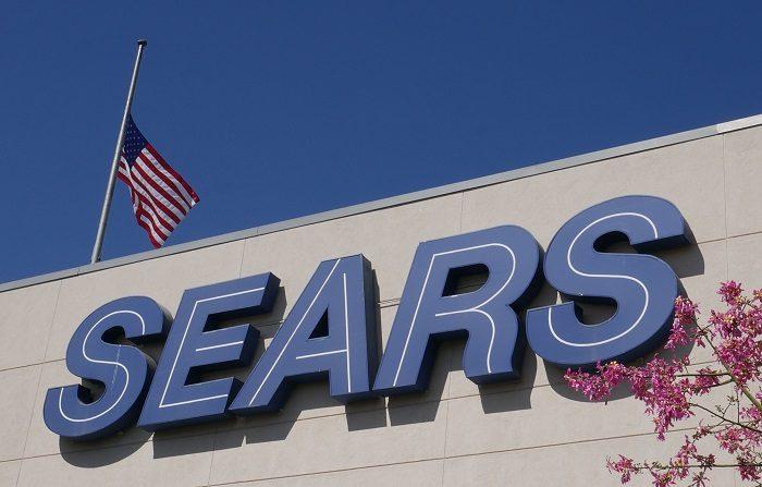 El aviso de Sears se ve en una fachada de una tienda en Northridge, California, EE. UU., hoy, 11 de octubre de 2018. La empresa icónica, fundada en 1892, se está preparando para declararse en quiebra. La bancarrota podría presentarse el 14 de octubre de 2018 y causaría uno de los mayores incumplimientos de pensiones en la historia de los Estados Unidos. EFE / MIKE NELSON