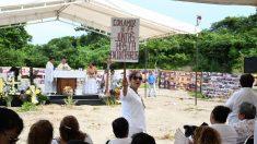 Jefe universitario de EEUU acude acto religioso por desaparecidos ante fosa en México