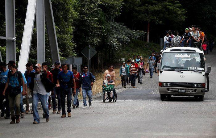 """""""La Bestia"""" marcó la vida de Nery. Hace tres años que ese tren de dolor y esperanza, que los migrantes utilizan para cruzar México, le arrancó sus piernas, pero no su deseo de llegar a Estados Unidos. Hoy lo vuelve a intentar, quiere huir de la violencia y la pobreza. EFE/Esteban Biba"""