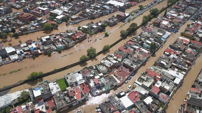 Vista de una zona urbana afectada por las inundaciones debido a tormentas por el huracán Willa hoy, lunes 22 de octubre de 2018, en Morelia, estado de Michoacán (México). El huracán Willa alcanzó la mañana de este lunes la categoría 5 en la escala Saffir-Simpson, avanza hacia el norte sobre el Pacífico y se espera que toque tierra la tarde del martes en los límites de los estados mexicanos de Nayarit y Sinaloa, informó hoy el Servicio Meteorológico Nacional (SMN). EFE/Iván Villanueva