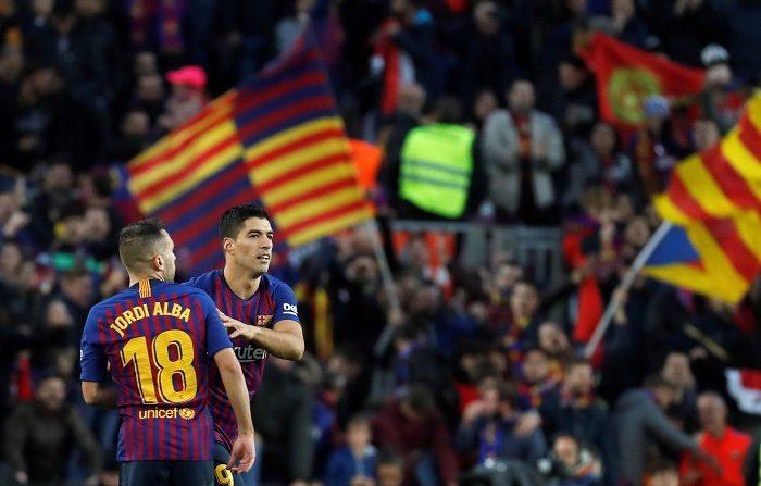 El jugador uruguayo del FC Barcelona Luis Suárez,d es felicitado por su compañero Jordi Alba tras conseguir el tercer gol para su equipo durante el partido de la décima jornada de Liga que el Barcelona y el Real Madrid disputan hoy en el estadio Camp Nou de Barcelona. EFE/Toni Albir