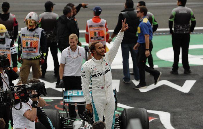 El corredor británico Lewis Hamilton (c) celebra al final del Gran Premio de México hoy, domingo 28 de octubre de 2018, en el Autódromo Hermanos Rodríguez, en Ciudad de México (México). Hamilton (Mercedes) se proclamó este domingo campeón del mundo de Fórmula Uno por quinta vez al acabar cuarto en el Gran Premio de México, decimonovena y antepenúltima prueba puntuable y en la que se impuso con autoridad y por segundo año consecutivo el holandés Max Verstappen (Red Bull-TAG Heuer). EFE/José Méndez