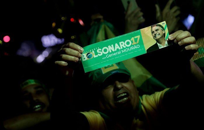 Simpatizantes del nuevo presidente de Brasil Jair Bolsonaro celebran su victoria hoy, domingo 28 de octubre de 2018, en la avenida Paulista, en Sao Paulo (Brasil). Jair Bolsonaro ganó hoy las elecciones presidenciales en Brasil con un 55,54 % de los votos válidos y sucederá al mandatario Michel Temer el próximo 1 de enero, para gobernar el país hasta 2022. EFE/Fernando Bizerra
