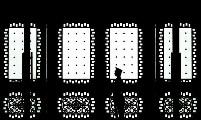 Un soldado chino hace guardia delante de la puerta principal del edificio Bayi en Beijing, el 23 de abril de 2013. (Andy Wong-Pool/Getty Images)